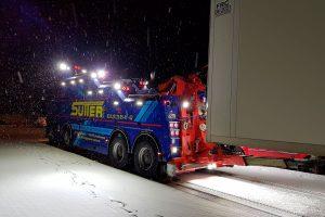 Abschleppwagen-Unterfahrlift AWU500 beladen mit Sattelauflieger